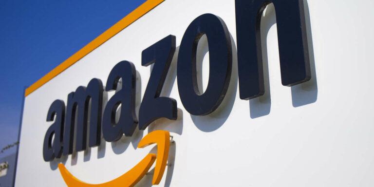 Amazon envisage d'embaucher 55 000 cols blancs